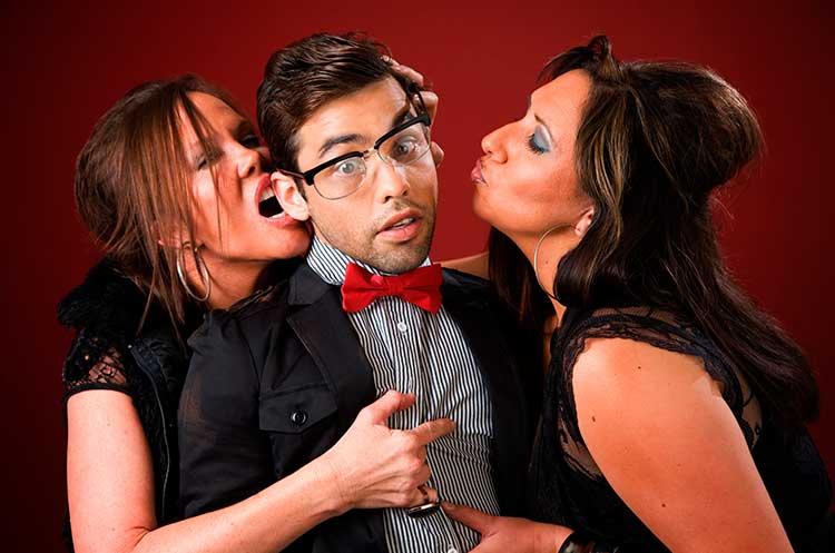 homem com duas mulheres